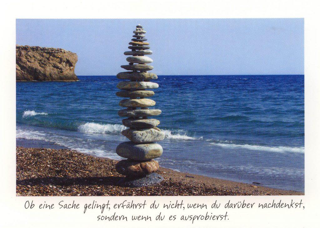 Steinturm mit Text: Ob eine Sache gelingt, erfährst du nicht, wenn du darüber nachdenkst, sondern wenn du es ausprobierst